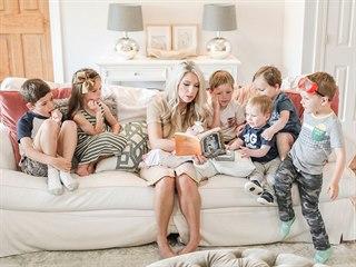 Kristen Schroderová se svými dětmi. Každý den jim čte místo koukání na televizi.
