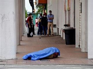 Lidé mají ve městě Guayaquil kvůli nestíhajícím pohřebním ústavům doma své...