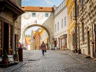 V ulicích Českého Krumlova v těchto dnech potkáte jen osamělé místní obyvatele....