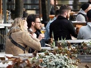 Zahrádky švédských restaurací jsou plné i během koronavirové krize. (1. dubna...