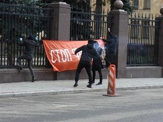 Členové strany Jiné Rusko zaútočili na českou ambasádu v Moskvě. Do budovy...