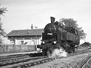 Lokomotiva 433.019 objíždí v Morkovicích soupravu mezi osobními vlaky 84556 a...