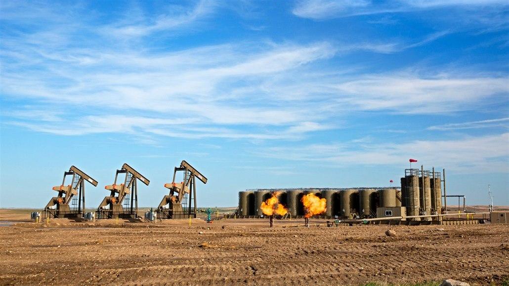 Čerpadla a akumulační nádrže na ropném poli.Watford City, Severní Dakota, USA