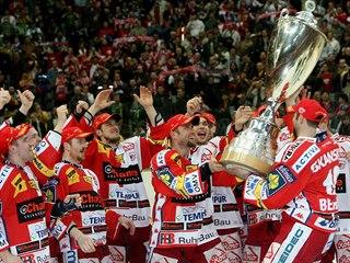 EUFORIE. Slávistický kapitán Josef Beránek (vpravo) přijíždí s pohárem pro...