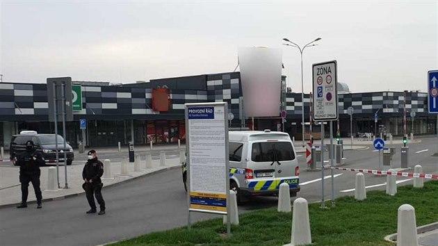 Policisté v neděli dopoledne prohledávali prodejny Kaufland, kde anonym oznámil uložení výbušného systému (19. dubna 2020).