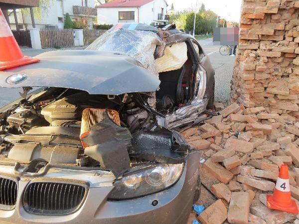 Řidič na okraji Hradce zaklínil auto do zdi, hasiči ho museli vystříhat