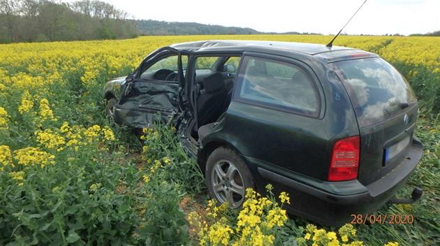 Motorkář narazil v rychlosti do odbočujícího auta, zemřela jeho řidička