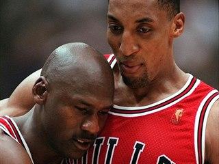 Scottie Pippen (vpravo) podpírá vyčerpaného a nemocného Michaela Jordana po...