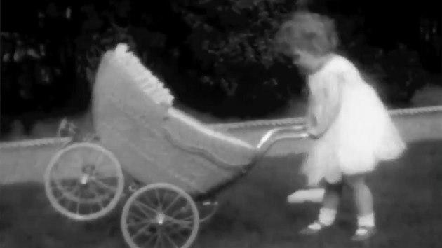 Alžběta II. slaví 94 let. Unikátní záběry z jejího dětství