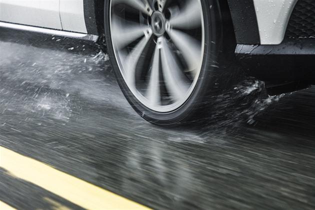 Na zimních gumách buďte v létě extra opatrní. Hůř brzdí, prokázal test