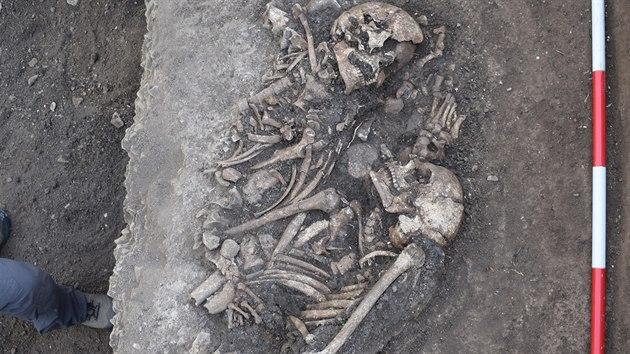 Archeologové na pomezí Strážnice a Radějova na Hodonínsku objevili kostry navršené na sobě. O pietním pohřbení podle nich nemůže být řeč.