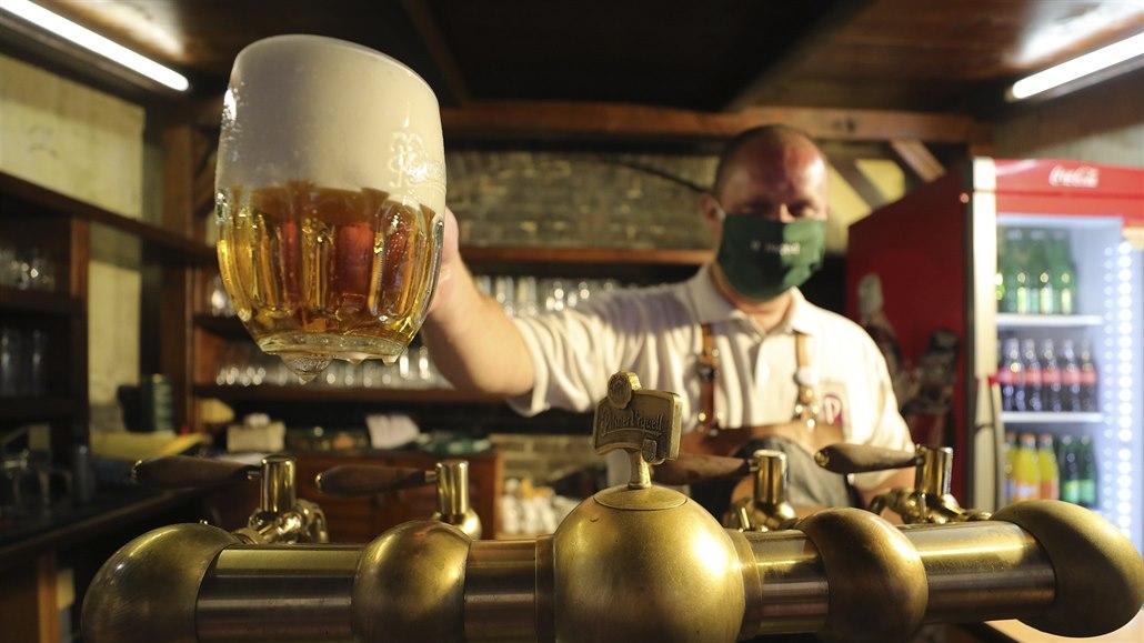 Pivo teklo, i když méně. Prazdroji loni kvůli covidu klesl zisk o pětinu
