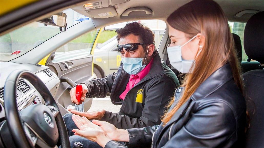V autoškolách jezdí s dezinfikovanými auty, roušku má žák i instruktor