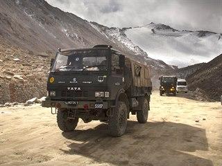 Nákladní automobily indické armády poblíž jezera Pangong v Ladaku.