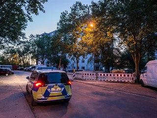 Skupina asi padesáti lidí zaútočila na policisty a hasiče, kteří přijeli k...