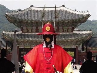 Jihokorejská císařská garda na stráži u hlavního paláce Kjonbokun v Soulu. (21....