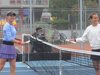 Barbora Strýcová (vpravo) se zdraví s Lindou Fruhvirtovou.