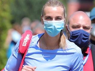 Petra Kvitová nastupuje k zápasu s Barborou Krejčíkovou.