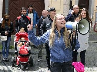 Demonstrace proti sítím 5G a vládě na pražském Malostranském náměstí. (26. 5....