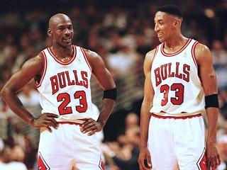 Michael Jordan (vlevo) a Scottie Pippen z Chicaga v play off NBA v roce 1997