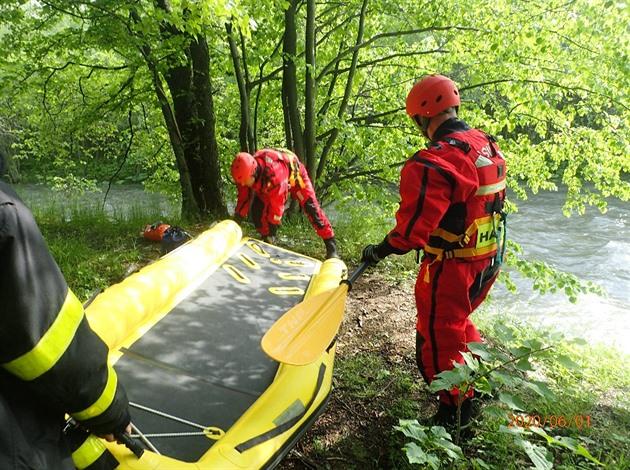 Hasiči zachraňovali ženu ze střechy auta plujícího po rozvodněné Morávce