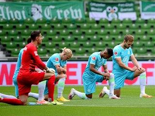 Fotbalisté Werderu Brémy a Wolfsburgu se pokleknutím zapojili do boje proti...