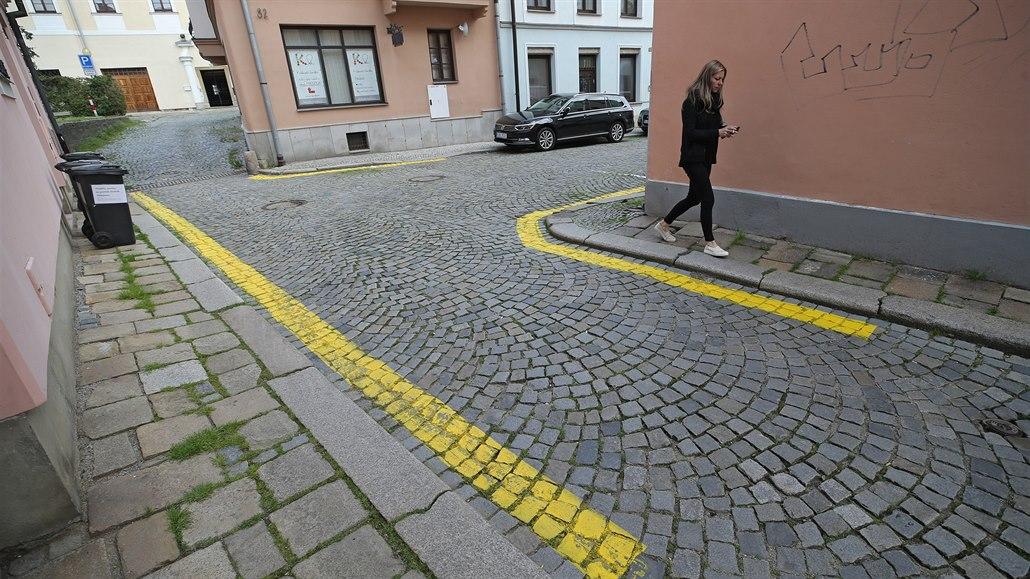 Čáry zakazující stání aut v historickém centru Jihlavy vzbudily diskusi