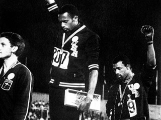 Američtí sprinteři Tommie Smith (uprostřed) a John Carlos (vpravo) na olympiádě...
