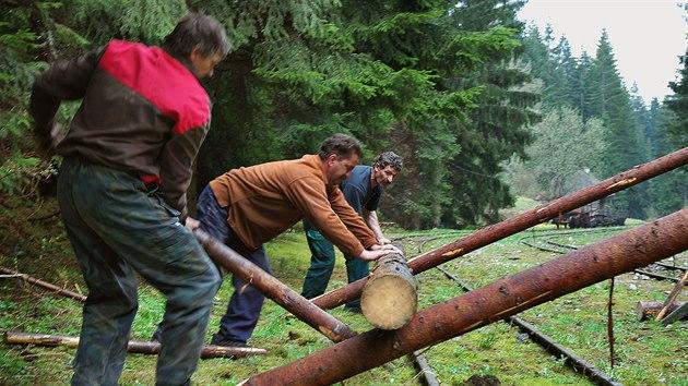 Takto se dříve nakládalo (gelbovalo) dřevo na vagony.