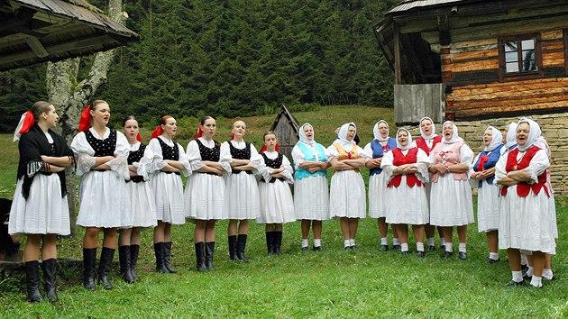 Ženská pěvecká skupina z folklórního souboru Jedľovina v Kysuckom Novom Meste