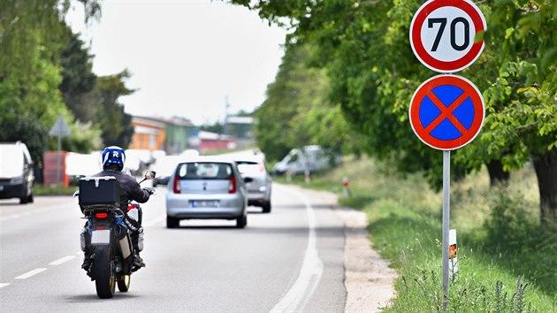 Radar v Holasicích na Brněnsku patří mezi ty nejkritizovanější. I proto odsud zmizí značka povolující rychlost 70 kilometrů, která mate řidiče.