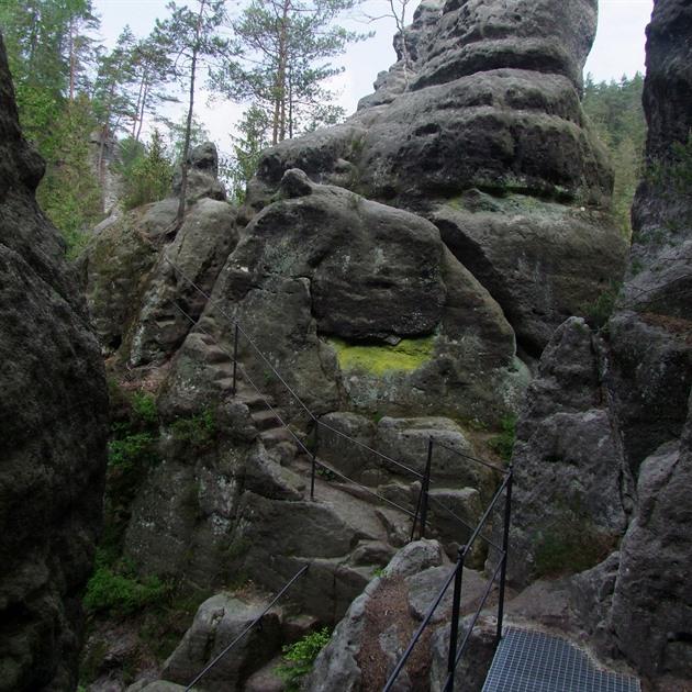 České Švýcarsko vítá výletníky opravenou stezkou s řadou zajímavých soch