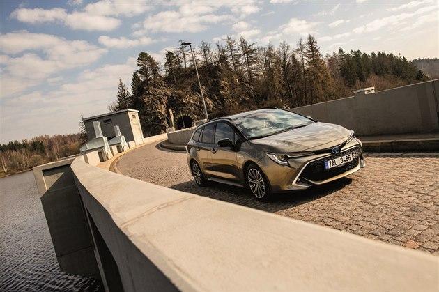 Corolla svižně reaguje, je elegantní apřitom má městsky dravý design.