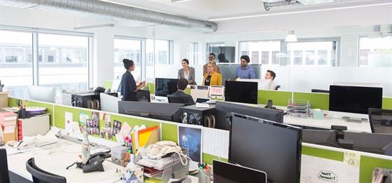 Odstup mezi zaměstnanci se stal najednou běžným standardem.