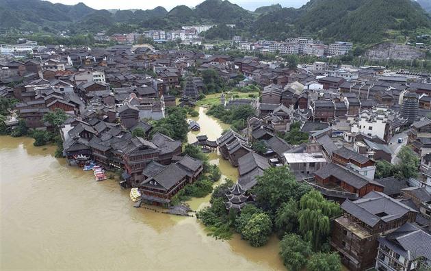VIDEO: Jihovýchod Číny zasáhly povodně, lidé prchali v člunech
