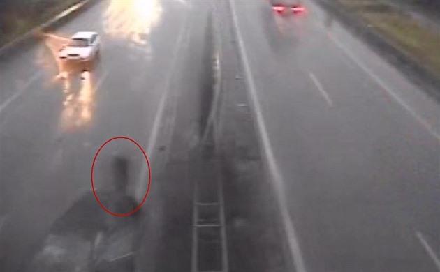 VIDEO: Takhle ne. Neobcházejte po nehodě na dálnici auto, varují policisté