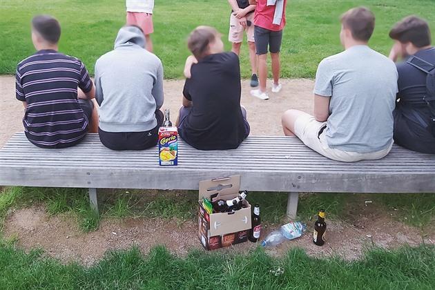 Opilého školáka strážníci kryli před otcem, nadýchala i dvanáctiletá