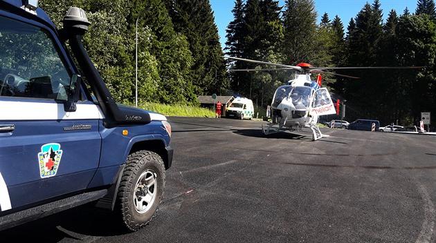 Čtrnáctiletý cyklista narazil v horách do svodidel, poranil si hrudník
