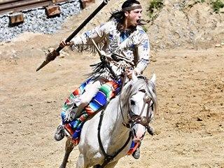Vinnetou se představí ve svém tradičním obleku i s obvyklou stříbrnou puškou,...