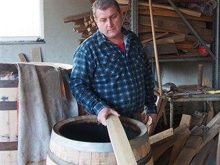 Eduard Bařina při výrobě sudů používá historií osvědčené nástroje a dodržuje...