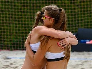 Michaela Kulhánková a Anna Pospíšilová slaví vítězný bod.
