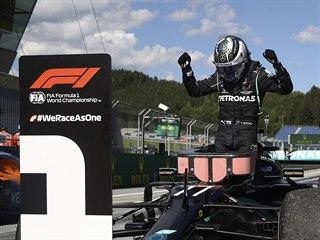 Valtteri Bottas z Mercedesu oslavuje svůj triumf v Velké ceně Rakouska formule...