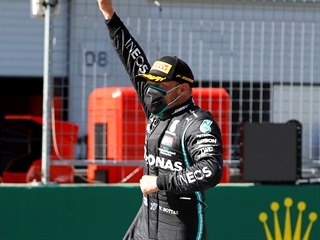 Valtteri Bottas z Mercedesu oslavuje svůj triumf ve Velké ceně Rakouska formule...