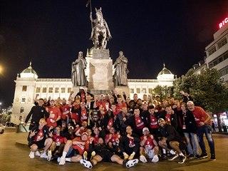 Fotbalisté Slavie se společně fotili na pražském Václavském náměstí.