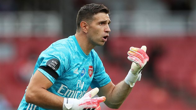 Emiliano Martinez z Arsenalu řídí defenzivu.