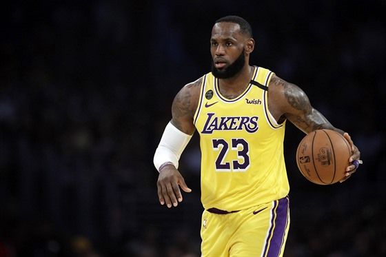 LeBron James v dresu Los Angeles Lakers