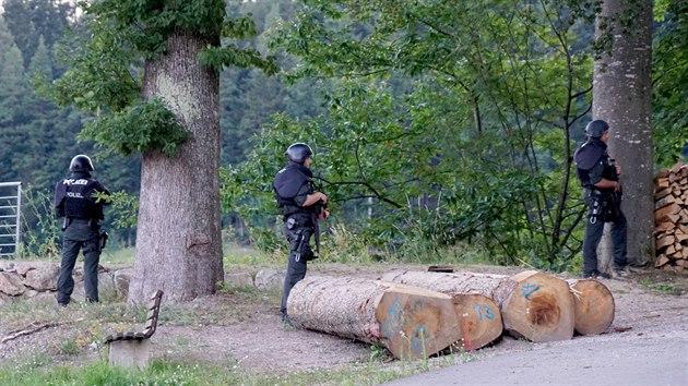 Nìmecká policie pátrá po muži, kterı sebral služební zbranì policejní hlídce a utekl do lesa. (13. èervence 2020)
