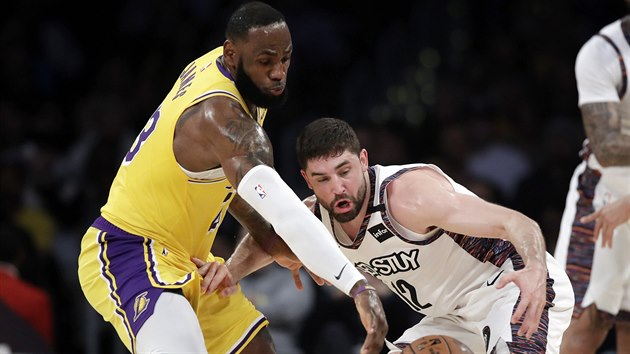 LeBron James (vlevo) z LA Lakers a Joe Harris z Brooklynu v souboji o míč