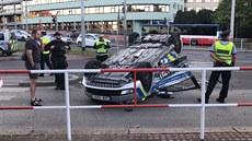 V Praze se při nehodě převrátilo na střechu policejní auto