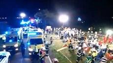 Desítky záchranářů a hasičů pomáhají zraněným po nehodě vlaků